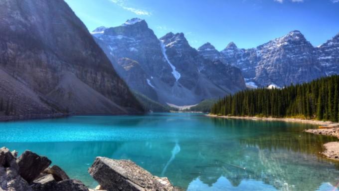 magnifique_montagnes_superbe_lac_bleu_ciel