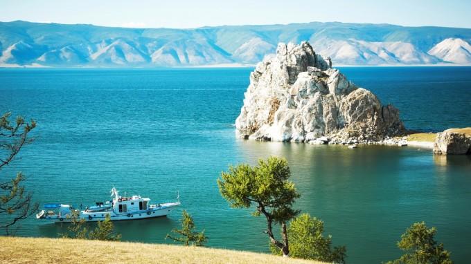 paysage_lac_montagne_verdure_et_bateau