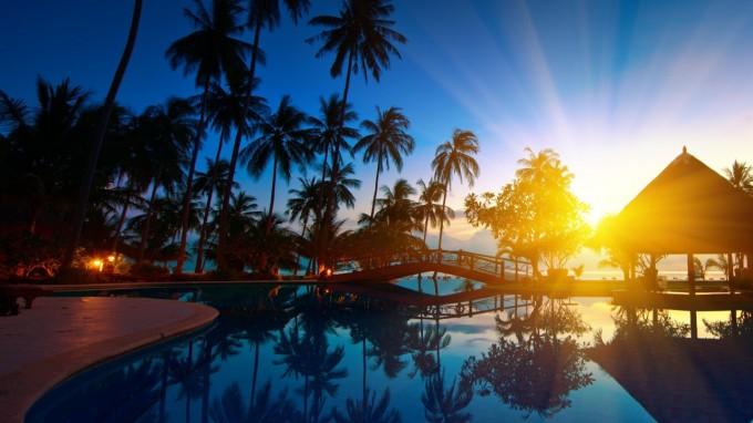 piscine_bleu_couche_de_soleil_et_palmier_de_beaute_exceptionelle
