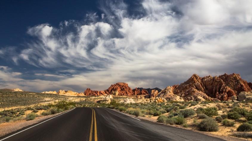 route_et_magnifique_ciel_et_stupefiante_montagne