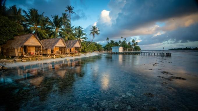 sous_les_tropics_et_eau_bleu_scintillante